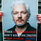 En demonstrant holder et skilt med Julian Assanges billede, i en demonstration foran den britiske ambassade. Belgien, den 29. april 1019. Julian Assange var arresteret ved Ecuadors ambassade i London den 11. april 2019.