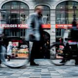 Først fik 23-årige Phillip et slag i ansigtet inden for i burgerrestauranten på Frederiksborggade i Indre By. Kort efter overfaldt hele gruppen af drenge ham ude på gaden.
