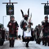 Problemet med vores højstatus som stiftere af den angloamerikanske højkultur, er, at den ligesom er glemt i sStorbritannien, skriver John de Summer-Brason. Det gælder dog ikke under Up Helly Aa Festival i Lerwick, Shetlandsøerne, hvor man fejrer vikingernes indflydelse i området. Ud på aftenen sætter op til 1.000 udklædte mænd ild til et drageskib.
