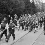 Den Danske Brigade ankom til Helsingør fra Sverige og blev med tog transporteret til Hellerup Station. På fotografiet går de på Hellerupvej ved Hellerup Station.