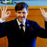 Estlands nye finansminister Martin Helme blev sværget ind i regeringen mandag. Den konservative politiker fra den yderste højrefløj brugte lejligheden til at lave et håndtegn, som i stigende grad bliver brugt af hvide nationalister.