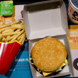 McDonalds satser på, at al virksomhedens emballage kan genbruges i 2022. Lige nu står har fastfood-gigantens introduktion af papirssugerør i Storbritannien ført til protester fra nogle forbrugere. McDonalds på Kongens Nytorv i København, oktober 2017.