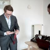27-årige Simon Tetens fik 1. maj overdraget nøglerne til sin første ejerlejlighed på Amager i København af ejendomsmægler Mogens Steffensen (th.). Simon Tetens harselv sparet omkring 200.000 kroner op til udbetalingen og har lånt penge af sine forældre, så han kan nøjes med et realkreditlån og undgå banklån. Foto: Celina Dahl