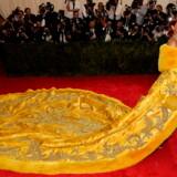 Rihanna mødte op til festen iført en gigantisk gul pelskappe fra Guo Pei Couture.