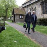 Theresa May og hendes mand, Philip, hjemme i hjemsognet – hvor de konservative beholdt flertallet i byrådet, men også oplevede en dramatisk tilbagegang.