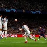 Messi løber til bolden, Messi skyder, muren hopper, målmanden spræller, Messi scorer. Barcelona-specialiteten blev serveret til perfektion på Nou Camp, da Barcelona onsdag aften slog Liverpool 3-0 i Champions League-semifinalen. Foto: Enric Fontcuberta/Ritzau Scanpix