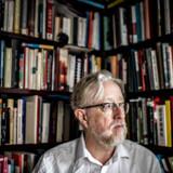 Frederik Stjernfelt, professor ved Institut for Kommunikation ved Aalborg Universitet, kalder Facebooks afgørelser om af blokere blandt andet udvalgte konspiratorikere, højrenationalister og prædikanter for »principløse«