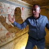 Mostafa Waziri fra Egyptens svar på Kulturarvsstyrelsen viser nogle af de nyeste fund frem.