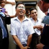 Wa Lone (tv.) og Kyaw Soe Oo (th.) ved løsladelsen fra Insein-fængslet tirsdag.