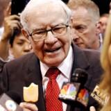 Warren Buffett startede sin karriere som avisomdeler, og det får nu et usædvanligt efterspil. Han er »still going strong« og snupper her en is forud for det store årsmøde i sit investeringsselskab. Foto: Scott Morgan, Reuters/Ritzau Scanpix