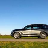 BMW X7 er enorm. Det er forrygende i forhold til funktionalitet og praktisk anvendelighed, men gift for den dynamiske køreoplevelse.