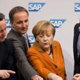 Jim Hagemann Snabe, der har været øverste chef for softwarekoncernen SAP, viser tidligere britiske premierminister David Cameron, den Tysklands kansler, Angela Merkel, og den forhenværende tyske landsholdsangriber Oliver Bierhoff, hvordan data kan analysere fodboldkampe.