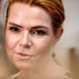 Efter håndtryksloven fra 2018 er Udlændinge- og integrationsminister Inger Støjberg (V) i dag vært for den første officielle ceremoni, hvor ni udlændinge skal give hende hånden for at få et statsborgerskab i bytte. Arrangementet fandt sted i Eigtveds Pakhus i København.