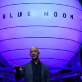 Leder og grundlægger af Amazon, Jeff Bezos, afslører her landingsfartøjet »Blud Moon« fra sit rumfartsselskab Blue Origin i Washington 9. maj 2019.