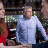 Isabella Arendt giver hånd til Kristian Thulesen Dahl efter partileder debat hos TV2 på Hovedbanegården i København tirsdag. I midten er det Uffe Elbæk.