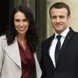 Frankrigs præsident Emmanuel Macron tager imod New Zealands premierminister Jacinda Ardern i Élysée-paladset.