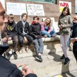 Lad os få valgt nogle politikere, der virkelig vil det internationale samarbejde og kan se visionerne i det, i stedet for nogle, der betragter det som et nødvendigt onde, for så bliver det aldrig bedre end det, vi har nu, skriver Benny A. Andersen. Her mødes Morten Østergaard fra Radikale Venstre med skoleelever der klimastrejker.