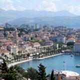 Kroatien er i stigende grad blevet et populært rejsemål for danskerne. Her er det byen Split, der ligger ud til Adriaterhavet.