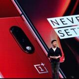 Medstifter af og direktør for den kinesiske smartphoneproducent OnePlus, Carl Pei, foran de nye OnePlus 7- og OnePlus 7 Pro-telefoner ved lanceringen tirsdag aften, dansk tid. Foto: Manjunath Kiran, AFP/Ritzau Scanpix