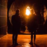 Blandt de forunderlige oplevelser, man kunne støde på under vandringen i Jeppe Heins scenografiske installation i Cisternerne, var en flamme, der kom ud fra væggen – og blev større, jo tættere man kom på.