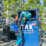 Alle Frelsens Hærs tøjindsamlingscontainere – med start på Sjælland – udstyres nu med en mobilsender, der giver besked, når de skal tømmes. Så er det slut med, at poser med tøj bliver stillet ved siden af, fordi der ikke er plads, og det sparer benzin og penge i stor stil. Foto: Frelsens Hær