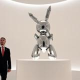 Jeff Koons' Rabbit, der her ses udstillet i New York, blev natten til torsdag solgt for 91,1 millioner dollar, hvilket svarer til mere end 600 millioner kroner. Timothy A. Clary/Ritzau Scanpix