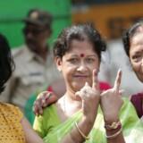 Indiske kvinder viser deres blæksværtede fingre efter at have stemt i landsbyen Halisahar nord for Kolkata, 6. maj 2019.