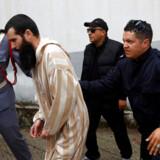 En af de mistænkte for dobbeltdrabet føres ud af retsbygningen i den marokanske by Sale.