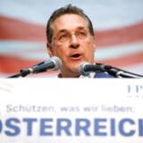 Den østrigske regering blev fredag aften kastet ud i en dyb krise, da tyske medier offentliggjorde flere videoer med den østrigske vicekansler, Heinz Christian Strache.