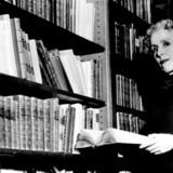 Karen Blixen selv. Billedet er taget i New York i 1959, hvor hun gennemførte en oplæsningsturné, og rygterne ville vide, at hun stod for tur til Nobelprisen i litteratur.