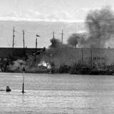 Arkivfoto fra Anden verdenskrig. Klokken 4, 10 om morgenen den 29. august 1943 udsteder den tyske øverstbefalende i Danmark, von Hanneken, en bekendtgørelse, hvori det udtales, at den danske regering ikke er i stand til at opretholde ro og orden. Der proklameres en militær undtagelsesstilstand i hele Danmark. Ved afvæbningen af det danske militær kommer det til en række kamphandlinger. Enheder af den danske flåde sænkes af officerer og mandskab, mens det lykkes enkelte fartøjer at komme til Sverige. Her flydedokken på Holmen med sænkede skibe.