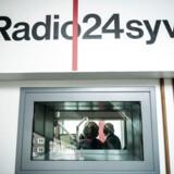Radio24syvs ejere søger ikke om at forlænge sendetilladelsen på grund af krav om udflytning. Nu ser det ud til, at kun et konsortium med Jysk Fynske Medier i spidsen byder på sendetilladelsen for de kommende otte år.