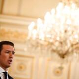 Østrigs kansler er nu i sit livs største poltiske krise. Mandag aften fyrede han Frihedspartiets indenrigsminister Herbert Kicle efter lokkedue-videoskandale fra Ibiza. Nu trues den 33 årige kansler af et mistillidsvotum – lige op til valget til Europa-Parlamentet.