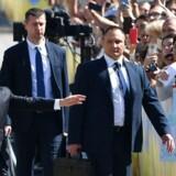 Ukraines nyvalgte præsident, Volodymyr Selenskij, virkede klejn ved siden af sikkerhedsvagterne, men dog begejstret over støtten fra sine tilhængere, da han ankom til parlamentsbygningen.