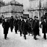 Påskekrisen udløste adskillige demonstrationer. Her er socialdemokraten Thorvald Stauning i spidsen for Københavns Borgerrepræsentation på Amalienborg Slotsplads.