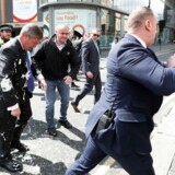 Brexit Party-lederen, Nigel Farage, efter overfaldet med en milkshake. Til højre gerningsmanden, Paul Crowther.