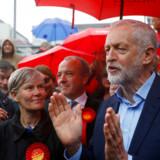 Jeremy Corbyn er som Labours partileder gang på gang blevet afskrevet i britisk politik som en 70er-socialist og politisk stivstikker med forældede ideer. Men han er stik mod alle odds fortsat en realistisk udfordrer til den vaklende konservative regering.