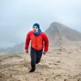 Rasmus Kragh, dansk bjergbestiger der i foråret 2018 igen vil forsøge at bestige Mount Everest uden brug af kunstig ilt, er her fotograferet onsdag d. 20. december 2017. Den dag trænede han i diset og regnfuldt vejr på skrænterne i området ved Rubjerg Knude fyr i Vendsyssel. (SPX-Ritzau forskud). (Foto: Henning Bagger/Scanpix 2017)