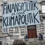 Den grønne studenterbevægelse demonstrerer ud for Christiansborg under parolen »Finanspolitik er også Klimapolitik«. Det er flere eksperter enige i.Foto: Asger Ladefoged