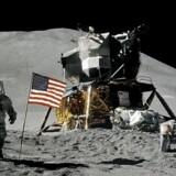 Astronaut James Irwin gør honnør ved siden af det amerikanske flag under Apollo 15s ophold på Månen. 1. august 1971.
