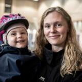 Marika Nielsen med datteren Alba har netop afgivet sin stemme til europaparlamentsvalget på Grøndalsvængets Skole i Københavns Nordvestkvarter.