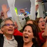 Der var søndag aften jubelscener hos de grønne partier i Europa. Her er det de tyske Grüne, der fejrer at partigruppen i Europa-Parlamentet ifølge projektioner ser ud til at vokse med omkring 20 mandater.