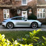 Silhoutten er tidløs, men bilen er ny. Porsche 911 (med typebetegnelsen 992) er ottende generation af Porsche 911.