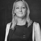 Lisbet Pors Abildager er tolk i engelsk, tysk og dansk, og er ifølge hendes hjemmeside certificeret translatør og tolk med en master i konferencetolkning. Hun er formand for foreningen Tolkesamfundet, som er stiftet den 28. april i år.