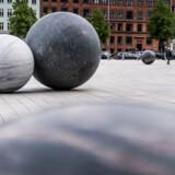 Et kæmpe kunstværk bestående af 13 stenkugler udgør værket Pars Pro Toto. Hver vejer de et sted mellem 92 kg og 23 tons og er skabt af materialer fra 10 lande, fordelt på tre kontinenter.