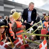 »Børnearbejde er jo egentlig forbudt ved lov, men vi gør en undtagelse i dag,« sagde statsminister Lars Løkke Rasmussen (V), da han dagen efter EP-valget tog første spadestik til et nyt varelager sammen med en større børneflok.
