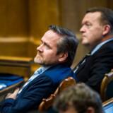 »Der er lidt over en uge til folketingsvalget, og der må simpelthen være nogen, der som drengen i »Kejserens nye klæder« siger: De har jo ikke noget tøj på,« siger Anders Samuelsen med henvisning til Lars Løkke Rasmussen og Mette Frederiksen.