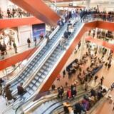 De amerikanske forbrugere ser stort på handelskrigen og fortsætter ufortrødent med at forbruge. Mange oplever flot indkomstvækst, og forbrugertilliden er rekordhøj. Men der er skyer i horisonten. Og forbruget styres i stigende grad væk fra indkøbscentrene.