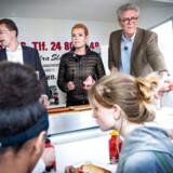 SFs politiske ordfører, Karsten Hønge, får nu hård kritik for at sige nej til den plads i Europa-Parlamentet, han sikrede sig ved søndagens valg. Her ses han til valgdebat og uddeling af pølser sammen med Morten Messerschmidt og Inger Støjberg på Brønshøj Torv torsdag.