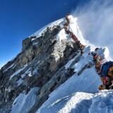 Billedet fra Mount Everest bevidner ikke kun om menneskets længsel efter det spektakulære, men også om en drøm om det unikke, der er sandet til i fantasiløshed. Om en degenereret dannelsesproces, hvor det alene handler om at realisere sig selv og ikke en pind andet, skriver Berlingskes kulturredaktør Anne Sophia Hermansen.